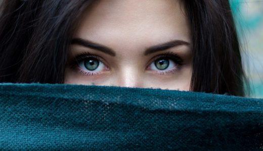 顔を覆うように隠す人の心理!男性と女性それぞれ徹底解説
