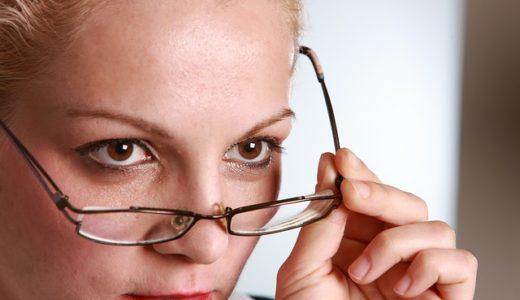 眼鏡を触る癖がある人の心理!男性と女性の性格を徹底解説