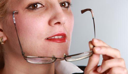 会話中に眼鏡を外す人の心理!男性と女性それぞれ徹底解説