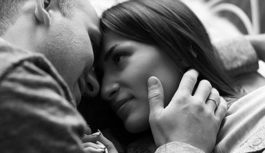 両手で顔を挟む人の心理!異性の頬を包む男性と女性を徹底解説